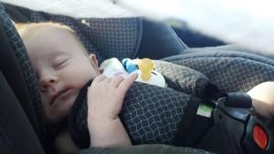 Llevar a los niños en un coche con algunas reglas de seguridad