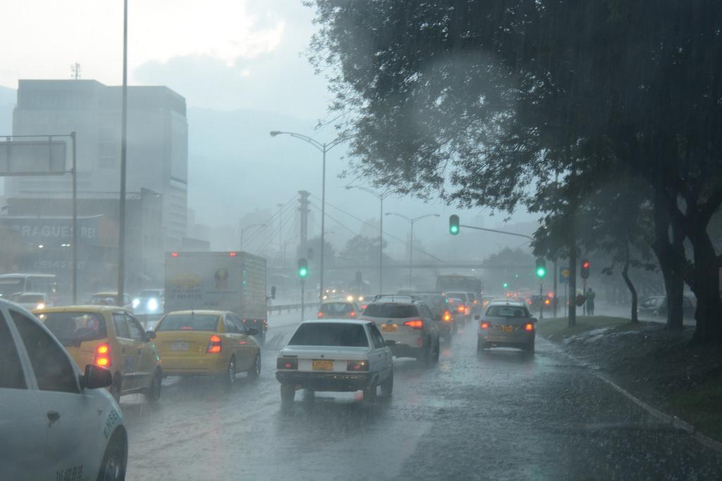 Consejos para conducir con lluvia-carros