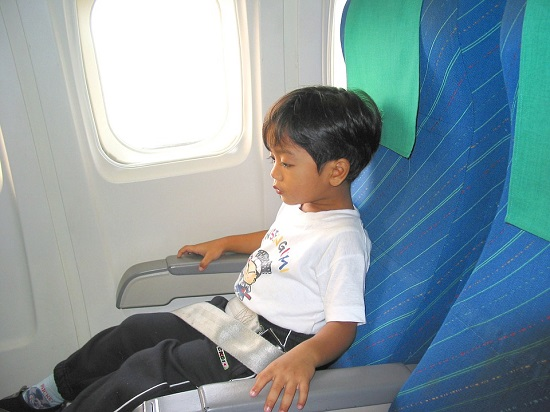 Viajar seguro con niños - niño en avión